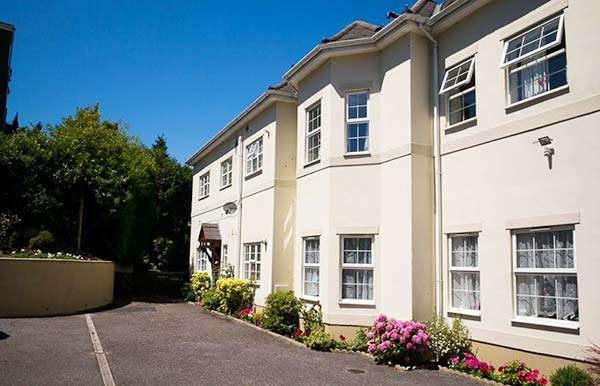 Regency Court Holiday Flats Bournemouth - 2 and 3 bedroom holiday flats with parking, garden and wifi